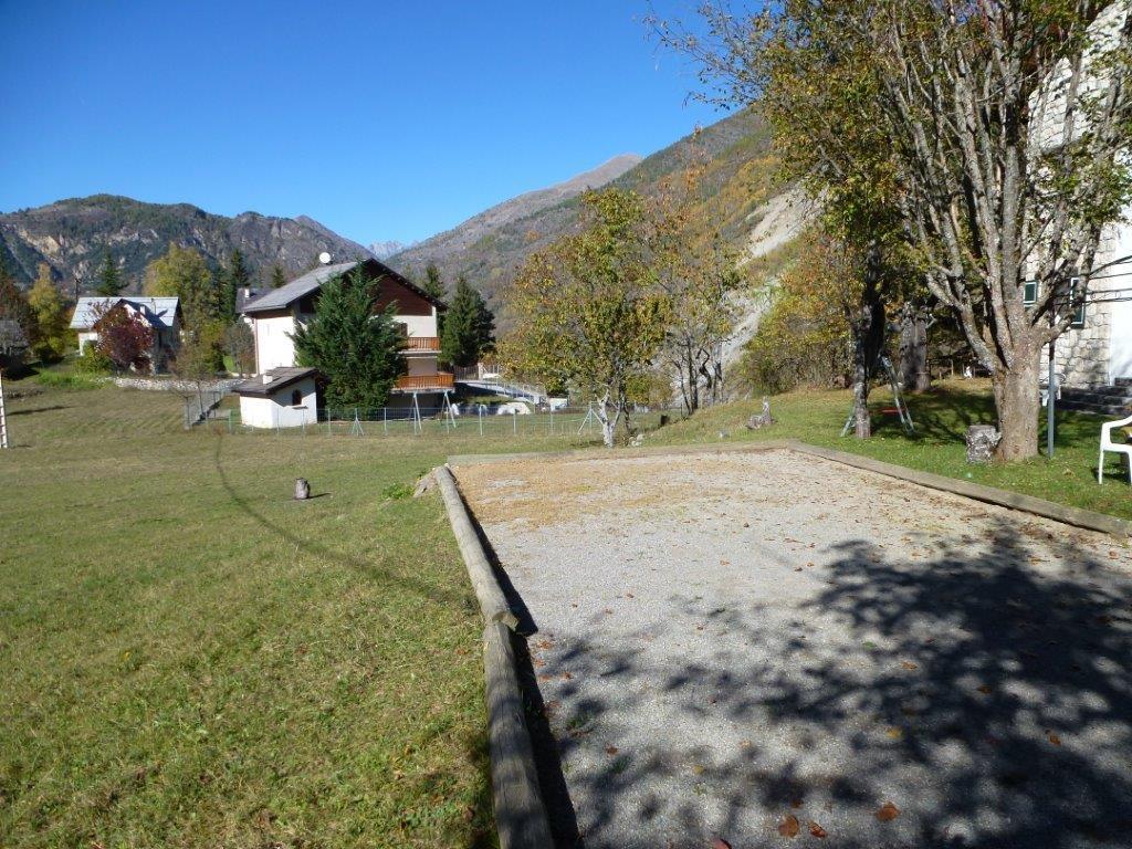 Un chalet dans les alpes du sud auron for Terrain de petanque dans son jardin